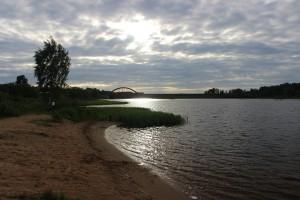 Пляж Скнятино с видом на мост