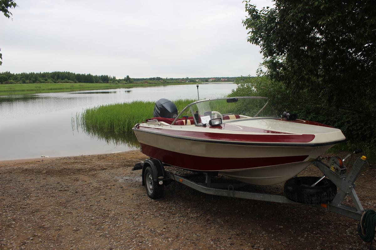 Лодка на прицепе у воды