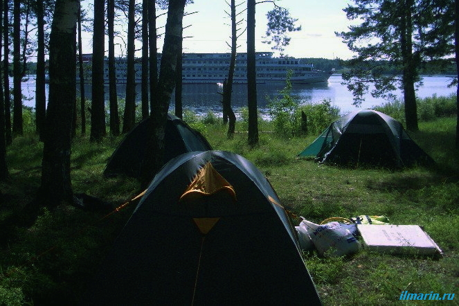 Берег реки с палатками