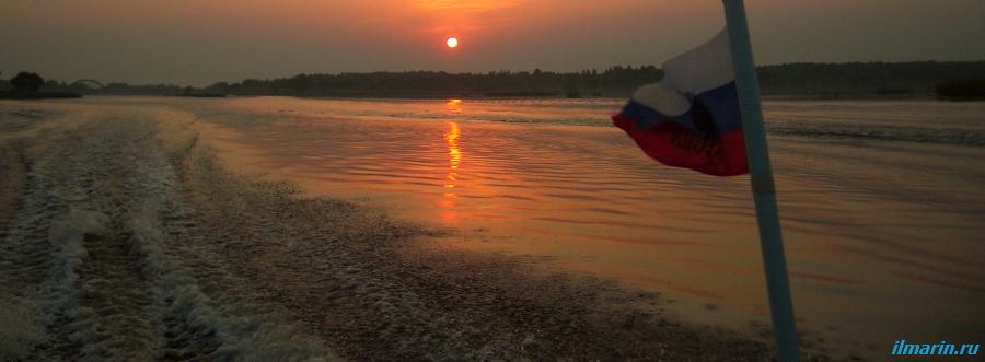 Кильватерный след лодки на закате